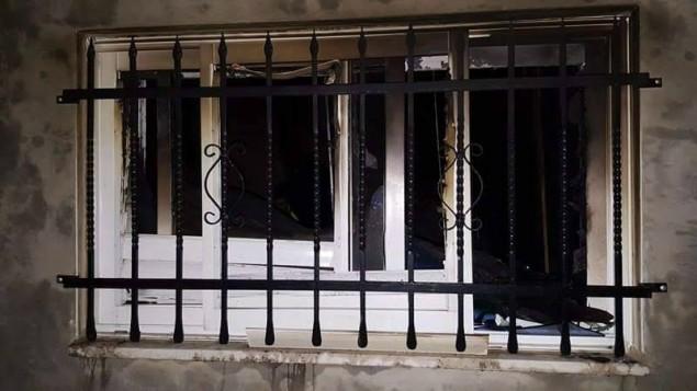 نافذة منزل في قرية دوما تم إشعال النار فيه في في ما يُشتبه بأنه إعتداء مرتبط بهجوم دوما في عام 2015. 20 مارس، 2016. (Facebook)