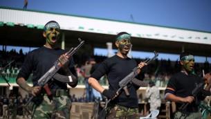 شباب فلسطيني يبرز مهاراته خلال حفل تخرج من المعسكر التدريبي الذي تديره حركة حماس 29 يناير 2015 في خان يونس، جنوب قطاع غزة (Abed Rahim Khatib/Flash90)