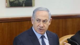 رئيس الوزراء بينيامين نتنياهو يترأس الجلسة الأسبوعية للحكومة في مكتبه في القدس، الأحد 6 مارس، 2016. (Marc Israel Sellem/POOL)