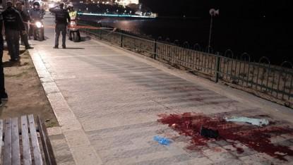 قوى الأمن في موقع هجوم الطعن الذي أسفر عن مقتل شخص واحد وإصابة 9 آخرين في ميناء يافا، 8 مارس، 2016.(Tomer Neuberg/Flash90)