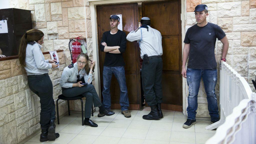 الشرطة العسكرية تحرس خارج جلسة محكمة الجندي الذي اطلق النار على معتدي فلسطيني في الخليل، 31 مارس 2016 (Corinna Kern/Flash90)