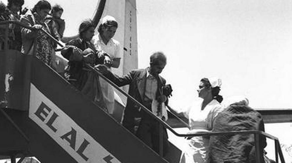 وصلت كل ثلاث ساعات طائرة الى مطار اللد تحمل مهاجرين يهود من العراق وكردستان عن طريق طهران، مايو 1951 (GPO)