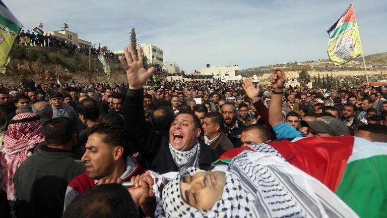 فلسطينيون يحملون جثمان امجد ابو عمر سكري، الذي قتل اثنار تنفيذ هجوم ضد جنود اسرائيليين بالقرب من مستوطنة بيت ايل، خلال تشييع جثمانه جنوب نابلس، 1 فبراير 2016 (AFP/Jaafar Ashtiyeh)