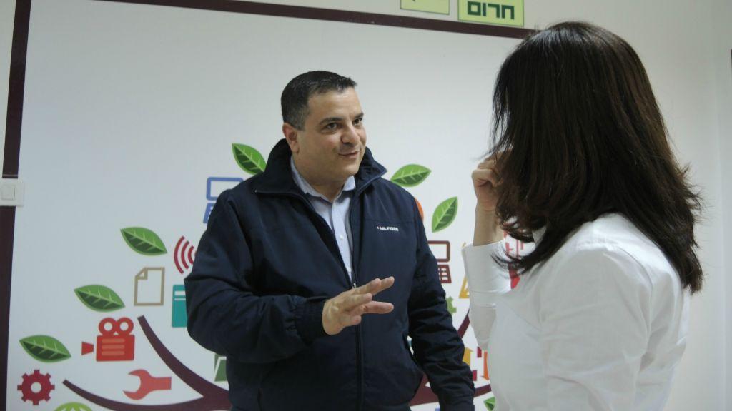 """هانس شقور، من اليسار، يدير فوروم """"موبيل مونديز"""" في الناصرة، الفرع المحلي لحركة شبكة علاقات دولية لموظفي الهايتك. (Melanie Lidman/Times of Israel)"""