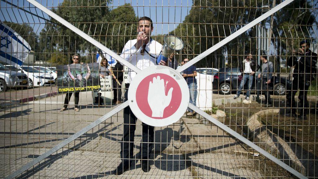 إسرائيليون يتظاهرون خارج محكمة عسكرية تضامنا مع جندي متهم بقتل منفذ هجوم فلسطيني مصاب، 31 مارس 2016 (Corinna Kern/Flash90)