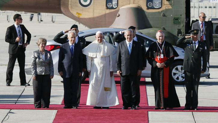 رئيس الدولة شمعون بيريس ورئيس الحكومة بنيامين نتنياهو يستقبلان قداسة البابا فرانسيس في مطار بن جوريون في تل ابيب 25 مايو 2014 (Miriam Alster/Flash90)