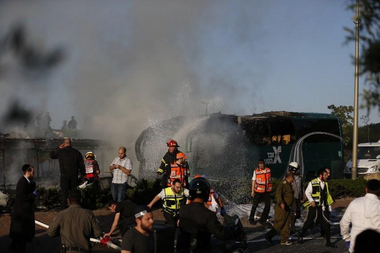 قوى الأمن الإسرائيلية تحقق في موقع انفجار الحافلة جنوبي القدس، 18 ابريل، 2016 (AFP PHOTO / AHMAD GHARABLI)