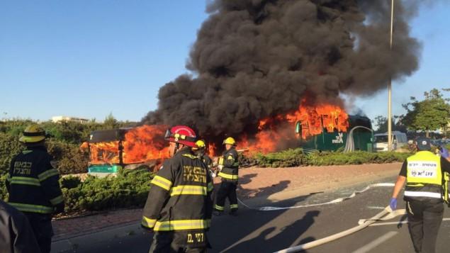 طواقم الطوارئ تصل إلى موقع إنفجار حافلة في القدس، 18 أبريل، 2016. (الشرطة الإسرائيلية)