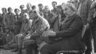 رئيسة الوزراء غولدا مئير ووزير الدفاع موشيه ديان يلتقيان مع القوات الإسرائيلي في هضبة الجولان، 21 نوفمبر، 1973. (Ron Frenkel/GPO)