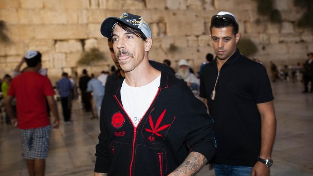 مغني فرقة 'رد هوت تشيلي ببرز' انثوني كيديس يزور حائط المبكى في القدس، سبتمبر 2012 (Yonatan Sindel/Flash90)