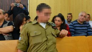 الجندي الإسرائيلي الذي تم تصويره وهو يطلق النار على منفذ هجوم فلسطيني منزوع السلاح في رأسه خلال جلسة للنظر في قضيته في محكمة عسكرية في تل ابيب، 5 ابريل 2016 (Flash90)