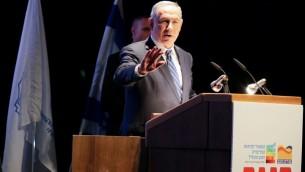 رئيس الوزراء بنيامين نتنياهو خلال خطاب امام المؤتمر السنوي السابع لتطوير النقب، الجليل والهامش في يروحام، جنوب اسرائيل، 12 ابريل 2016 (Edi Israel/FLASH90)