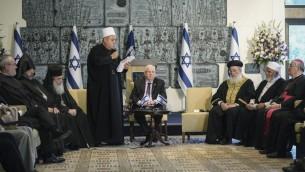 الرئيس رؤوفن ريفلين يلتقي برجال دين من عدة تيارات يهودية، مسيحية واسلامية لمناداة الناس لتجنب تصعيدات اضافية بالعنف قبل عيد الفصح اليهودي، في منزل الرئيس في القدس، 13 ابريل 2016 (Mark Neyman/GPO)