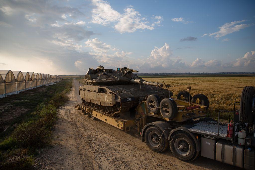 دبابة يتم نقلها بالقرب من كيبوتس بئيري بالقرب من قطاع غزة، 13 ابريل 2016 (Corinna Kern/Flash90)