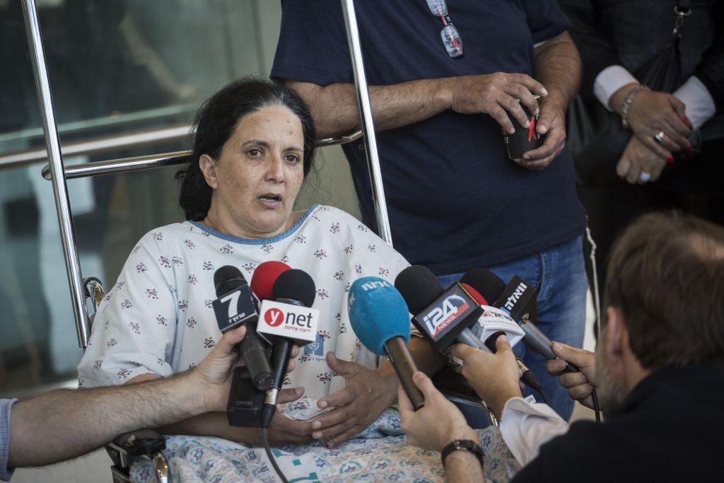 راحيل دادون تتحدث مع الصحافة في مستشفى هداسا عير كارم، حيث تتعالج مع ابنتها بعد اصابتهما في عملية تفجير في حافلة في القدس، 19 ابريل 2016 (Hadas Parush/Flash90)