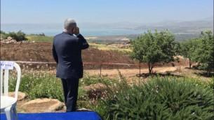 رئيس الوزراء بنيامين نتنياهو يجري مكالمة هاتفية خلال جلسة الحكومة الأسبوعية التي تم عقدها في مرتفعات الجولان، 17 ابريل 2016 (Moav Vardi)