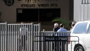 الرئيس السابق موشيه كتساف يدخل السجن (Yossi Zeliger/Flash90)