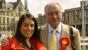 ناز شاه مع رئيس بلدية لندن السابق كين ليفينغستون في برادفورد، أبريل 2015، قبل إنتخابها عضوا للبرلمان. (Wikimedia Commons, goodadvice.com, CC BY-SA 4.0)