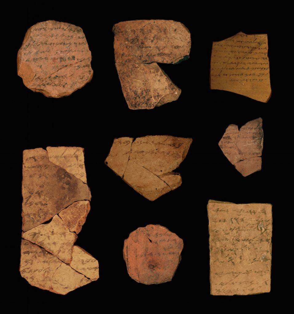 نقوش باللغة العبرية القديمة يعود تاريخها إلى 2,500 عام تم اكتشافها بالقرب من عراد. (Tel Aviv University/Michael Kordonsky, Israel Antiquities Authority)