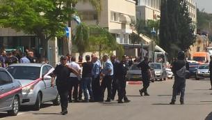 الشرطة في ساحة هجوم طعن في روش هعاين، 3 ابريل 2016 (Magen David Adom)