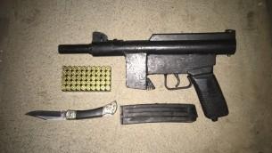"""سلاح رشاش من طراز """"كارل غوستاف"""" تم العثور عليه خلال مداهمة للقوات الإسرائيلية في الضفة الغربية في 20 أبريل، 2016. (المتحدث بإسم الجيش الإسرائيلي)"""