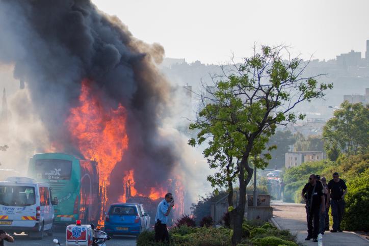 النيران تشتعل في حافلتين في القدس. الشرطة تحقق في سبب الحادث، 18 أبريل، 2016 (Nati Shohat/Flash90)