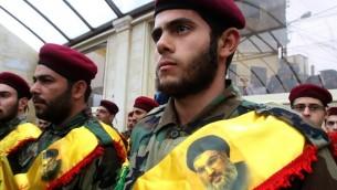 اعضاء تنظيم حزب الله الشيعي خلال تشييع جثمان مقاتل قُتل في الحرب في سوريا، 6 فبراير 2016 (AFP/Mahmoud Zayyat)
