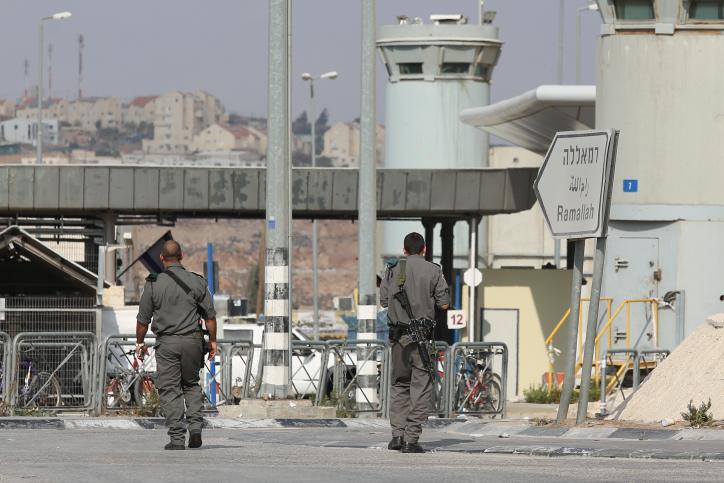 صورة توضيحية: شرطة حرس الحدود في حاجز قلنديا، 23 أكتوبر، 2012. (Oren Nahshon/Flash90)