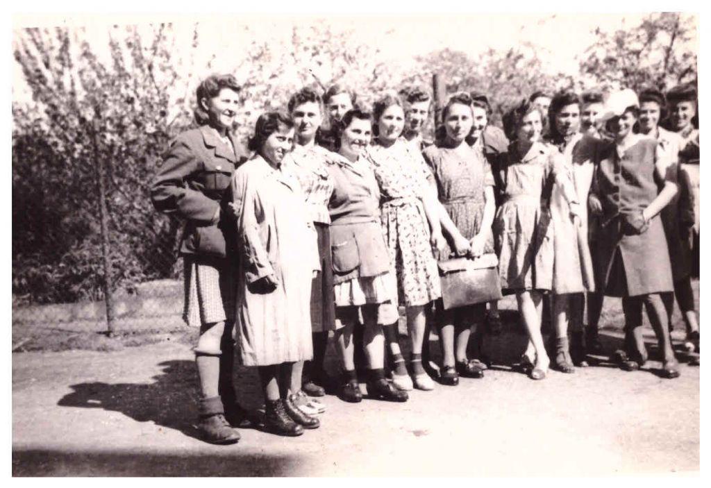 """""""مجموعة من الفتيات اليهوديات اللواتي تم تحريرهن من قبل فرقة المشاة 104 في فورتسن في ألمانيا. العدد الكامل للمجموعة وصل إلى 1000، معظمهن مجريات ورمانيات وبولنديات وروسيات + نمساويات"""". أبريل 1945  (Jules Helfner)"""