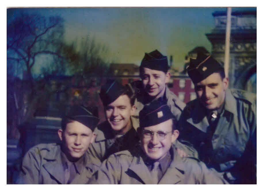 جولز هلفنر (في أسفل الصورة من اليمين) في ميدان حديقة واشنطن سكوير في مدينة نيويورك مع أصدقائه في عام 1945. (Jules Helfner)