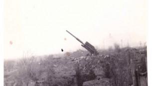 """مدفعية ألمانية من عيار 88 """"أكثر سلاح خشينا منه"""" بالقرب من كلون، ألمانيا في فبراير أو مارس 945 ((Jules Helfner)"""