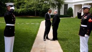 باراك اوباما يتحدث مع بنيامين نتنياهو خارج البيت الأبيض في 20 مايو 2011 (Pete Souza/White House)