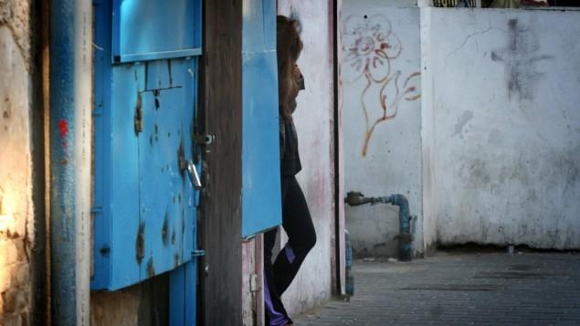 صورة توضيحية: مومس تقف في شارع جنوب تل ابيب، 1 يناير، 2013. (Flash90)