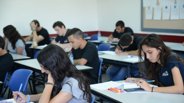 صورة توضيحية: طلاب في مدرسة كريات شريت الثانوية في حولون خلال تقدمهم لامتحان الثانوية العامة في الرياضيات، 21 مايو، 2013. (Yossi Zeliger/Flash90)