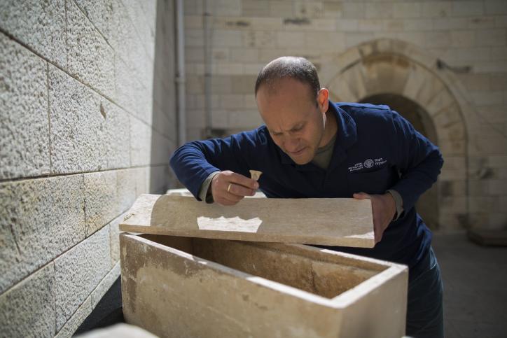 نائب مدير وحدة منع سرقة الاثار د. ايتان كلاين في متحف روكافلير في القدس الشرقية، 21 مارس 2014 (Yonatan Sindel/Flash90)
