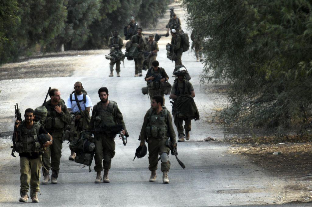 جنود اسرائيليون يعودون بعد القتال في قطاع غزة، 5 اغسطس 2014 (Dave Buimovitch/Flash90)