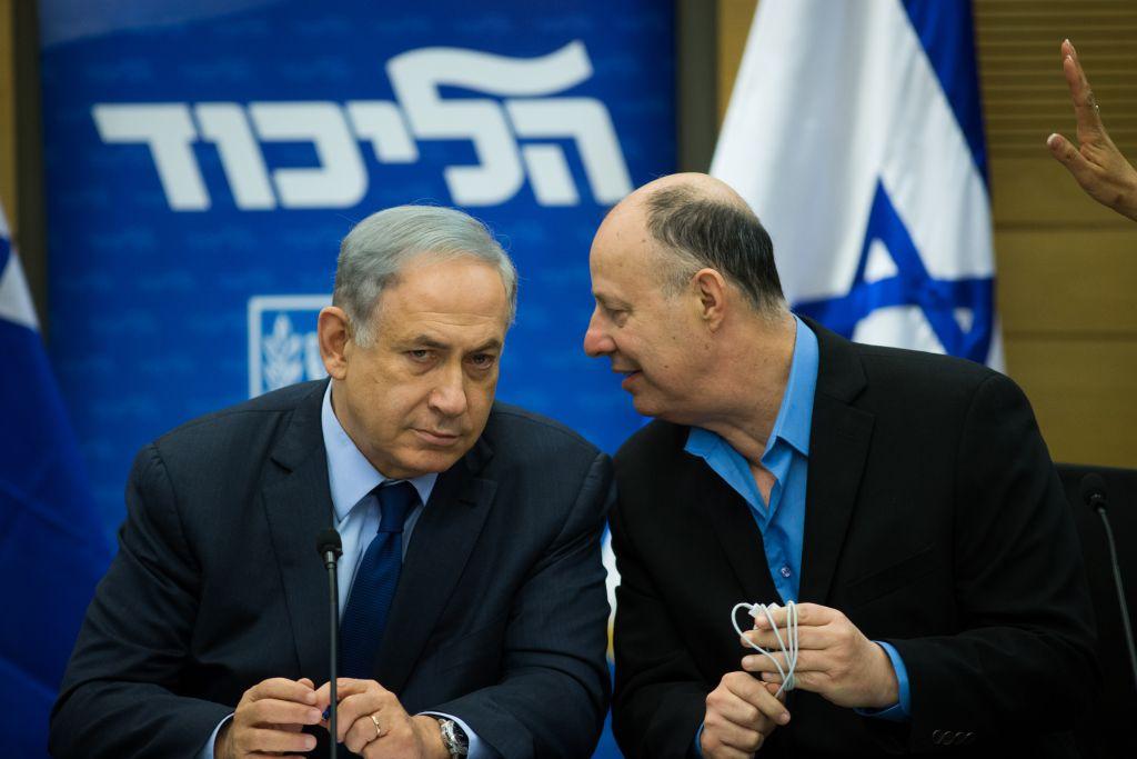 رئيس الوزراء بنيامين نتنياهو يتحدث مع عضو الكنيست تساحي هانغبي خلال اجتماع لحزب الليكود في الكنيست، 8 فبراير 2016 (Yonatan Sindel/Flash90)
