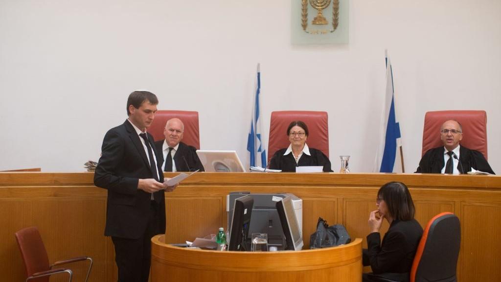 القضاة نوعام شولبيرغ، اوزي فوغلمان واستر حيوت في محكمة مئير اتنغر في المحكمة العليا في القدس، 4 ابريل 2016 (Yonatan Sindel/Flash90)