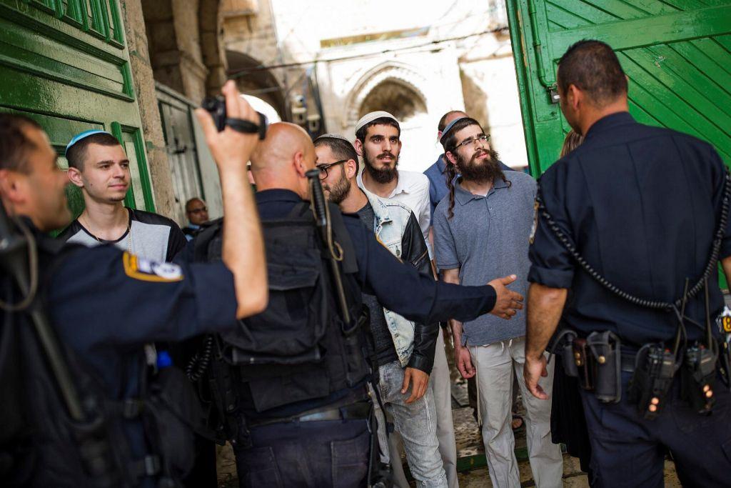 الشرطة الإسرائيلية تواجه الناشطين اليمينيين من حركة 'مؤمني جبل الهيكل' امام الحرم القدسي في البلدة القديمة، 10 ابريل 2016 (Corina Kern/Flash90)