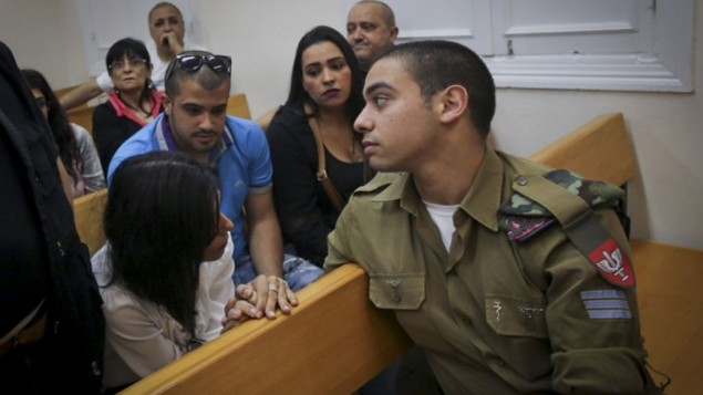الجندي الإسرائيلي إيلور عزاريا، المتهم بقتل منفذ هجوم فلسطيني منزوع السلاح في الخليل، خلال جلسة في المحكمة العسكرية في يافا، 9 مايو، 2016. (Flash90)