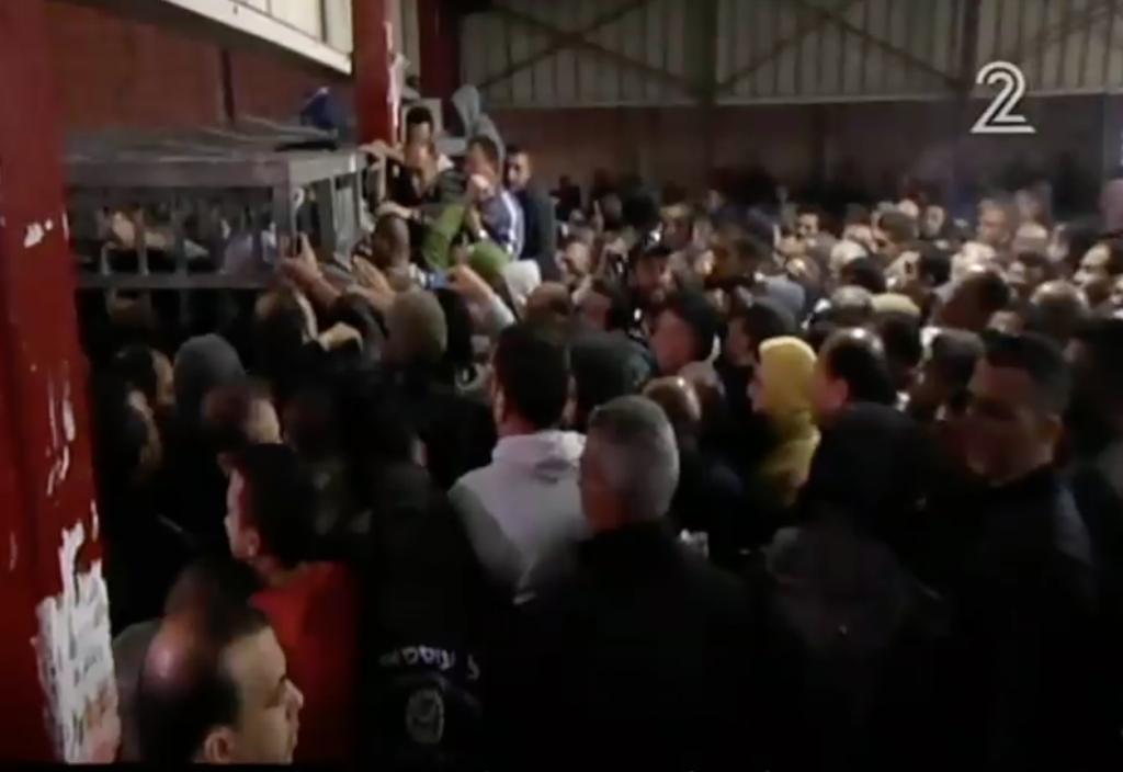 لقطة شاشة مأخوذة من تقرير للقناة 2 في 15 ابريل، 2016 عن حاجز قلنديا، حيث تم تسليط الضوء على الصعوبات التي يواجهها العمال الفلسطينيون خلال دخولهم إلى إسرائيل من الضفة الغربية. (لقطة شاشة: القناة 2)