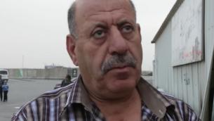 لقطة شاشة: محمد أبو عيد (61 عاما) من منطقة رام الله، الذي يدير سوبر ماركت من شبكة 'رامي ليفي'  في في حي راموت في القدس. أبو عيد في انتظار العبور عبر حاجز قلنديا في 3 مايو، 2016. (Luke Tress / Times of Israel)