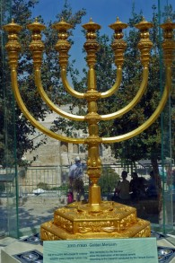 الشمعدان من الذهب المصبوب، الجاهز للاستخدام في الهيكل الثالث. اعده 'معهد جبل الهيكل'، وهو معروض في الوقت الحالي في ساحة المنورا المطلة على حائط المبكى والحرم القدسي (The Temple Institute)