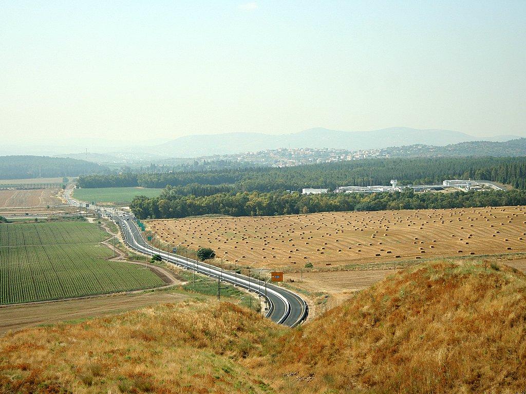 مفرق مجدو في شمال اسرائيل، تم العثور على معسكر روماني من القرن الثاني والثالث في الحقل على يمين الصورة (CC BY-SA Golf Bravo, Wikimedia Commons)