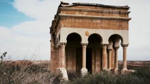 الكنيسة الأرمنية الأرثوذكسية في قصر اليهود، الموقع في نهر الأردن حيث يؤمن عدد كبير من المسيحيين بأنه موقع معمودية المسيح. (لقطة شاشة من YouTube)