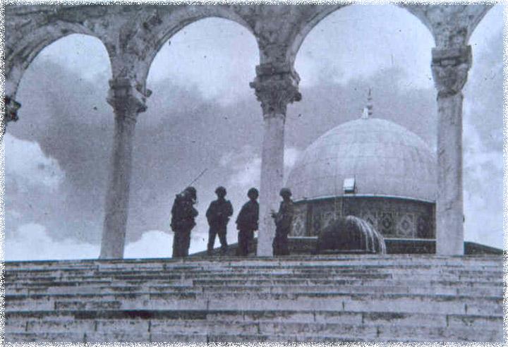 جنود اسرائيليون يحرسون قبة الصخرة، مكان قدس الاقداس في الهيكل، بعد حرب 1967 (The Temple Institute)