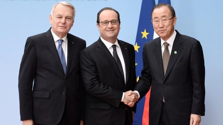 الرئيس الفرنسي فرانسوا هولاند (مركز) يصافح امين عام الامم المتحدة (يمين)، ووزير الخارجية الفرنسي جان مارك آيرولت، خلال مؤتمر السلام في باريس، 3 يونيو 2016 (AFP Photo/Pool/Stephane de Sakutin)