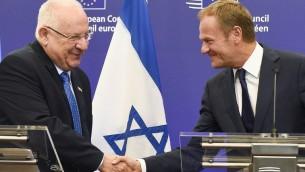 رئيس المجلس الاوروبي دونالد توسك يصافح الرئيس الاسرائيلي رؤوفن ريفلين بعد لقائهما في مقر الاتحاد الاوروبي في بروكسل، 21 يونيو 2016 (AFP PHOTO / JOHN THYS)