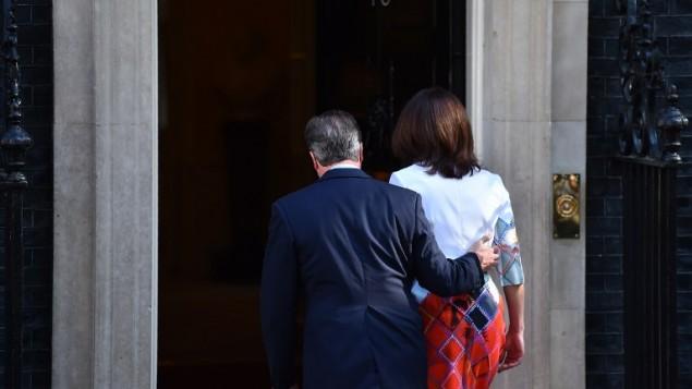 رئيس الوزراء البريطاني ديفيد كاميرون وزوجته سامنثا يسيران باتجاه 10 داونينغ ستريت بعد أن تحدث مع وسائل الإعلام في وسط لندن، 24 يونيو، 2016. (AFP/Ben Stansall)