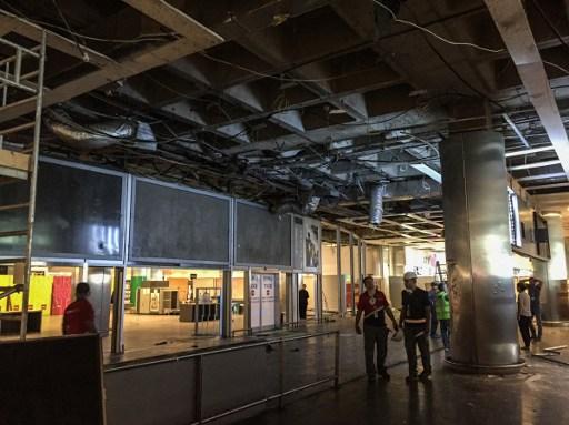 عمال يقدرون الاضرار في موقع التفجيرات والهجمات في صالة الوصول الدولية في مطار اتاتورك في اسطنبول، 29 يونيو 2016 (AFP / OZAN KOSE)